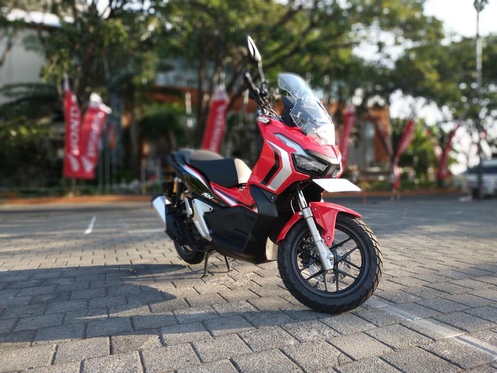 Vua ra mat da chay hang, Honda phai tang cuong san xuat ADV 150 hinh anh 1