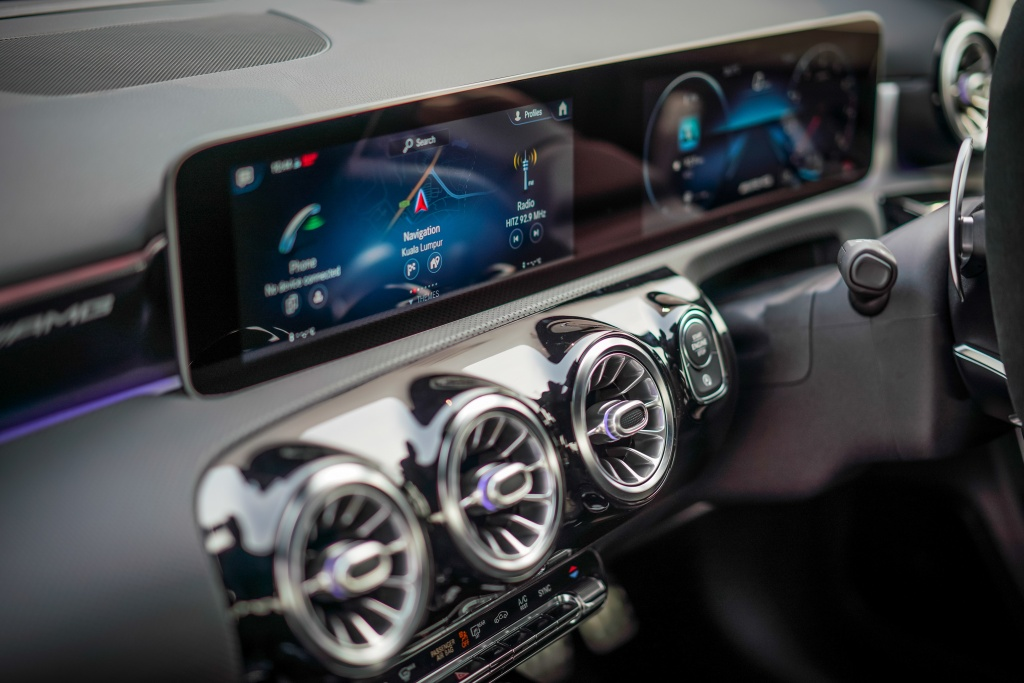 Can canh Mercedes-AMG A 35 sedan vua ra mat DNA, gia hon 83.000 USD hinh anh 12