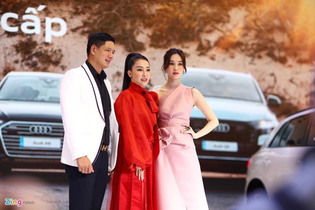Hoa hau Thu Thao, Linh Nga, Phuong Anh Dao tha dang ben xe sang hinh anh 5