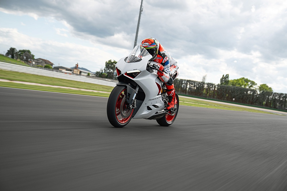 Ducati Panigale V2 White Rosso sap ra mat tai DNA anh 11