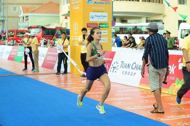 Hoa hau Tieu Vy rang ngoi tren duong chay giai Tien Phong Marathon hinh anh 9