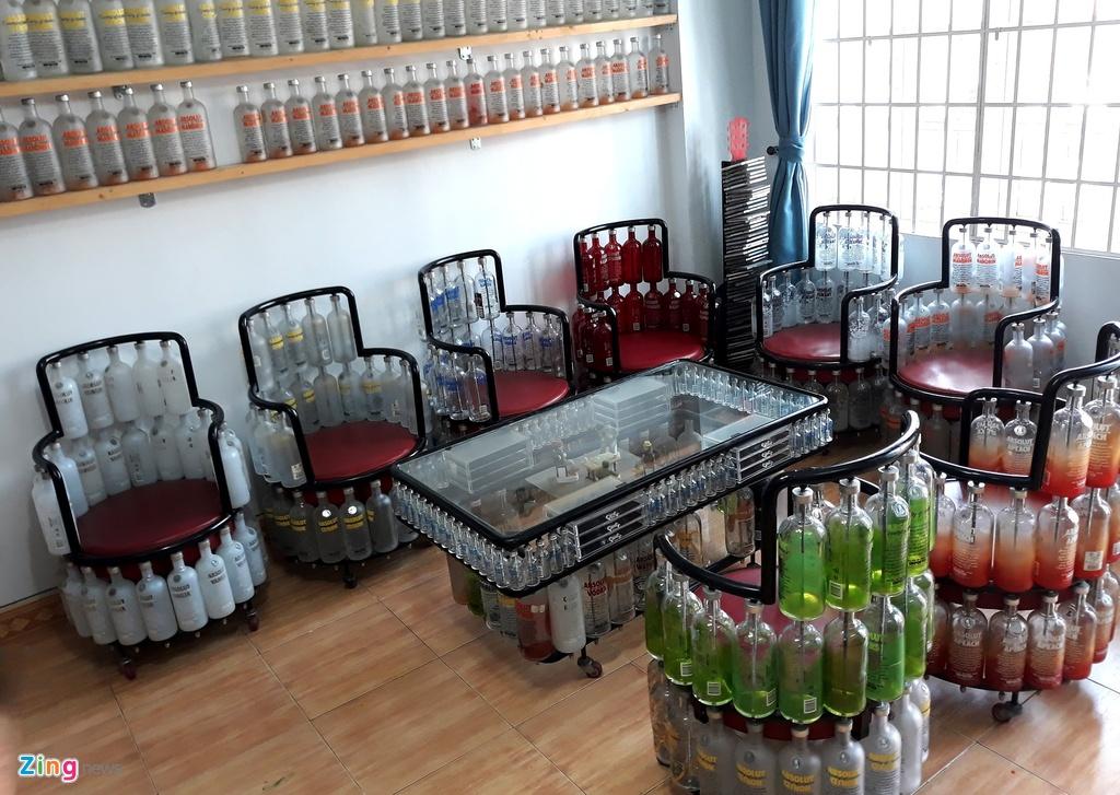 Bộ bàn ghế từ các mẫu chai lọ thủy tinh