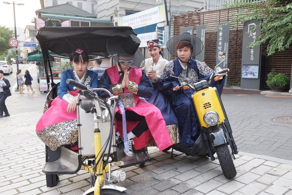 Hot girl Chau Bui khoe anh di Han mac hanbok cung ban trai hinh anh 3
