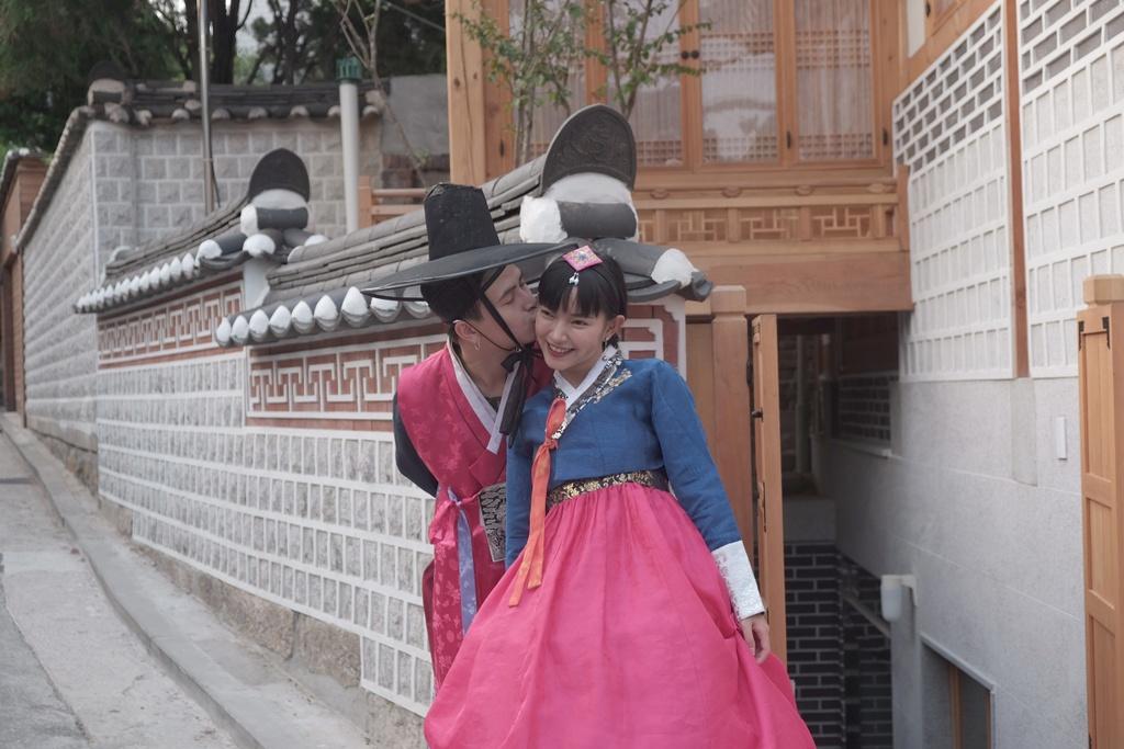 Hot girl Chau Bui khoe anh di Han mac hanbok cung ban trai hinh anh 2