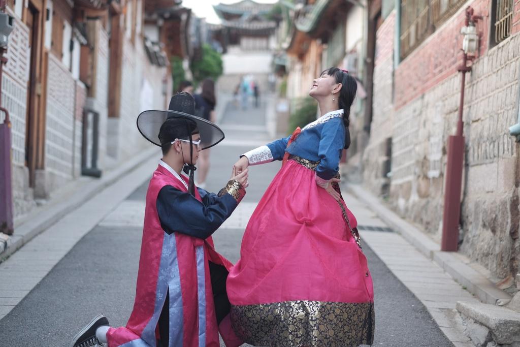 Hot girl Chau Bui khoe anh di Han mac hanbok cung ban trai hinh anh 1