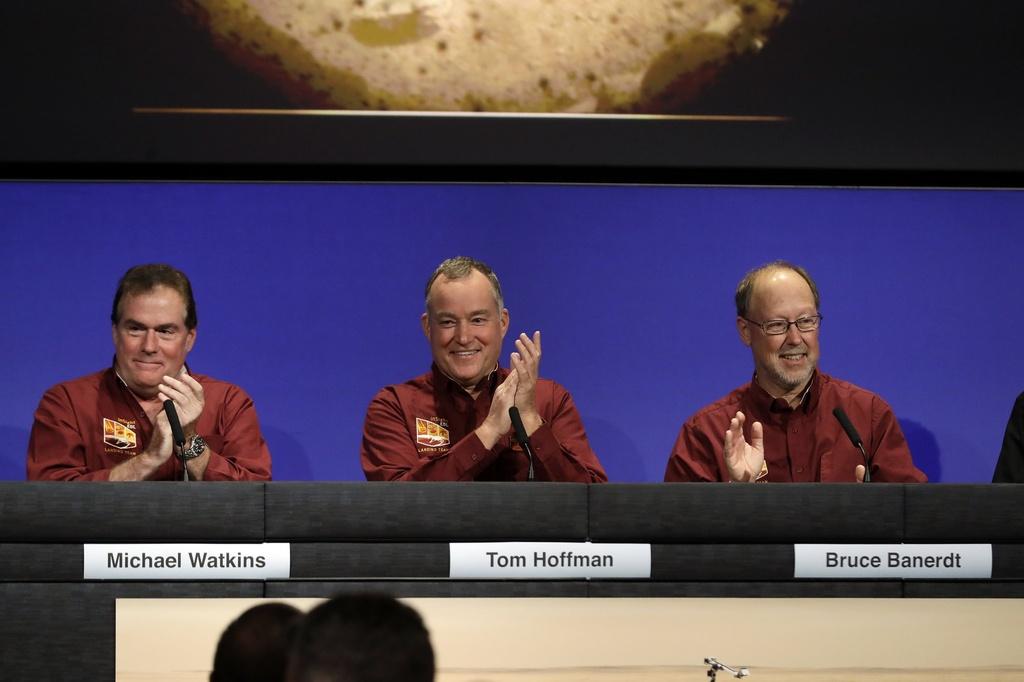 Tau vu tru NASA ha canh xuong sao Hoa sau chuyen di 6 thang hinh anh 9