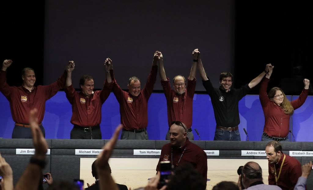 Tau vu tru NASA ha canh xuong sao Hoa sau chuyen di 6 thang hinh anh 11