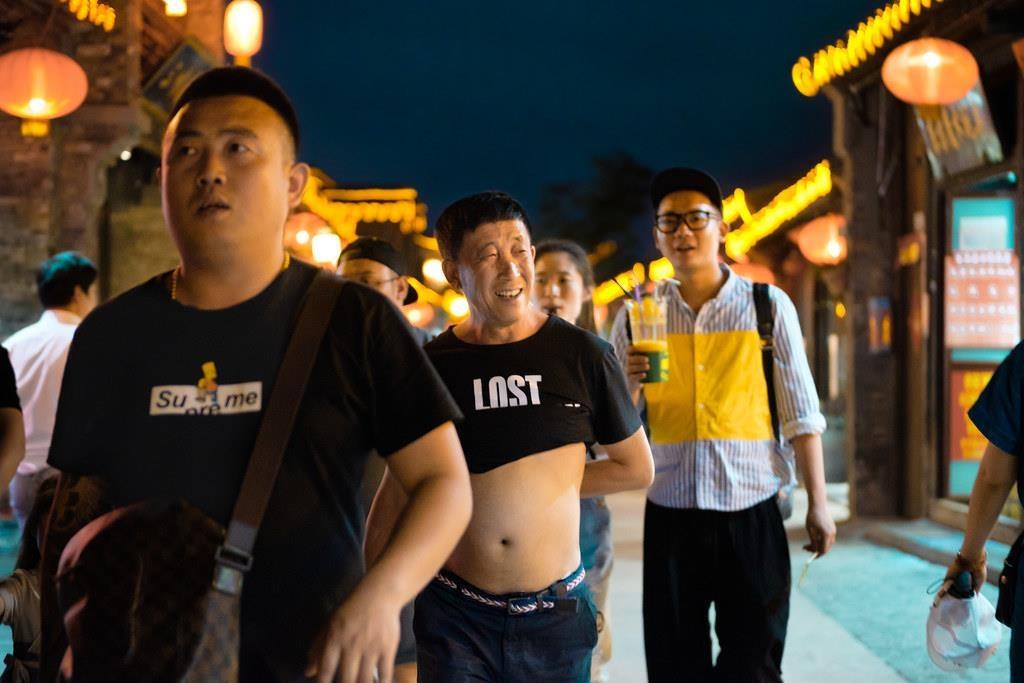 'Bikini Bac Kinh' ngap pho o Trung Quoc, chong choi cai nong mua he hinh anh 3