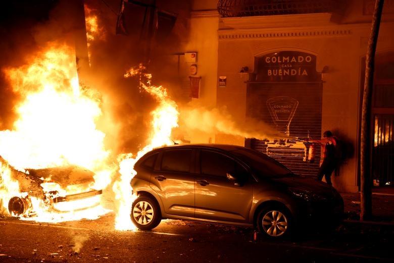 Tây Ban Nha, Người biểu tình đốt xe, ném bom xăng vào mặt cảnh sát