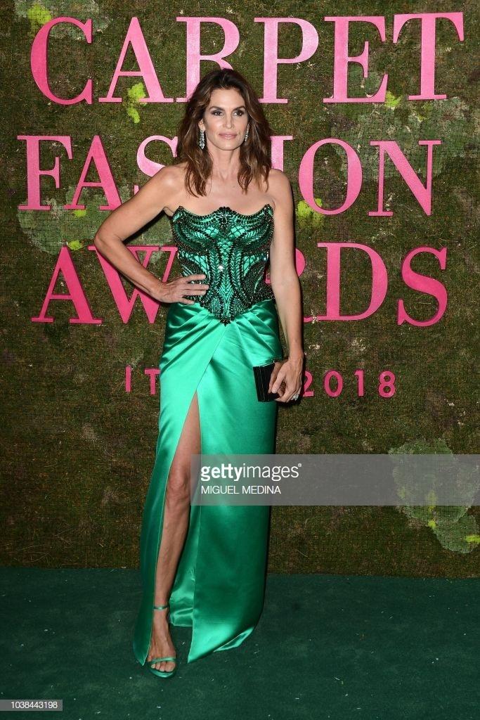 9 bo canh an tuong nhat Green Carpet Fashion Awards 2018 hinh anh 4
