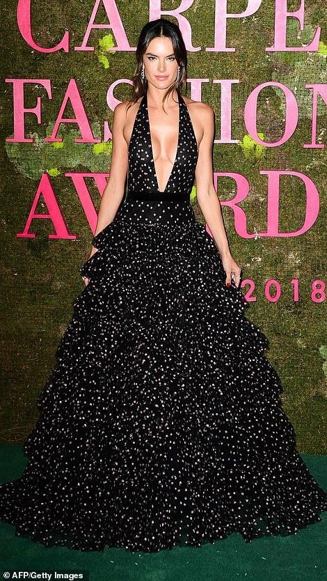 9 bo canh an tuong nhat Green Carpet Fashion Awards 2018 hinh anh 1