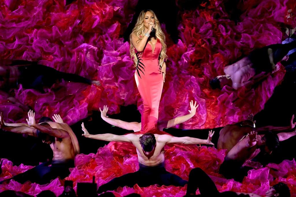 Taylor Swift goi cam, Jennifer Lopez mau lua tai AMAs 2018 hinh anh 4