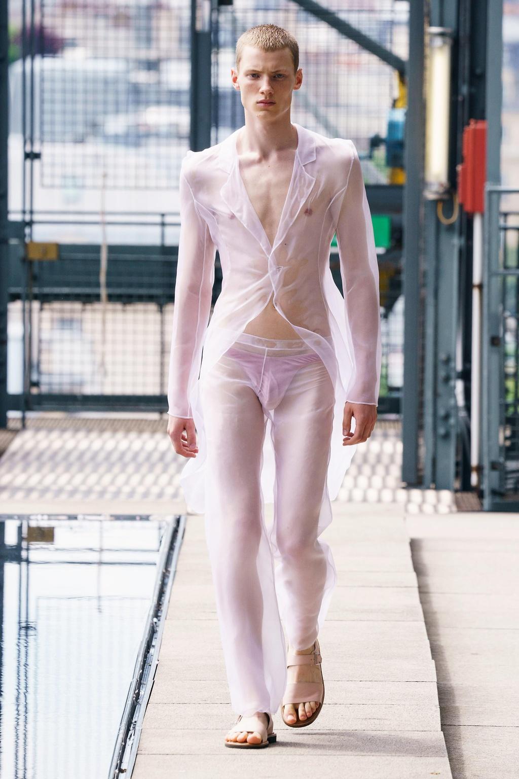 'Phat nghin tay', suit xuyen thau gay sot tai Tuan le thoi trang Paris hinh anh 4