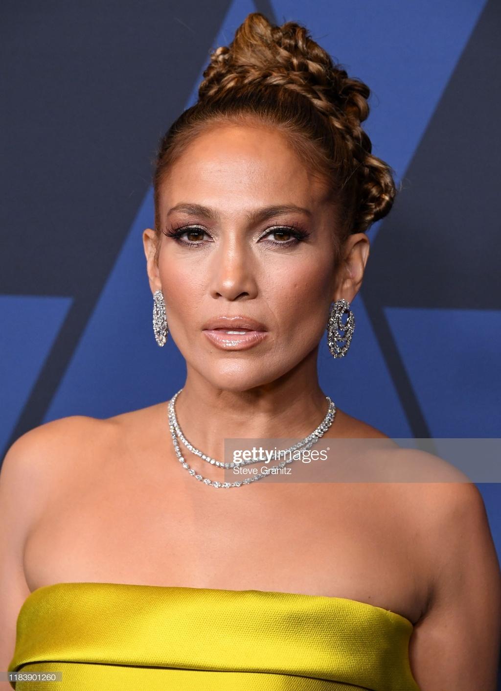 Jennifer Lopez va dan my nhan mac goi cam tren tham den hinh anh 2