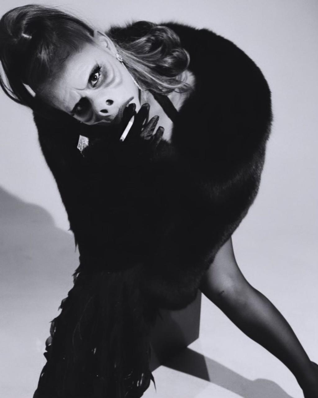 Kylie Jenner va dan sao dien do khoe vong mot du tiec Halloween hinh anh 4