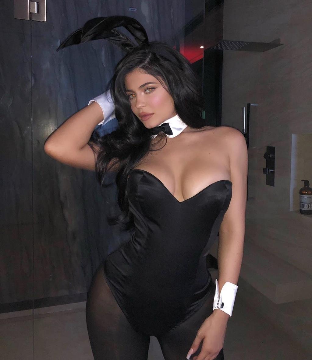 Kylie Jenner va dan sao dien do khoe vong mot du tiec Halloween hinh anh 2