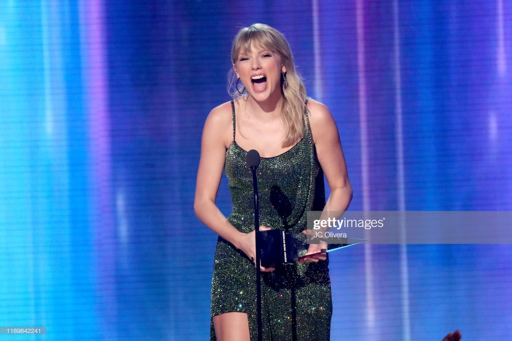 Taylor Swift am 25 chiec cup, vuot ky luc Michael Jackson o AMAs hinh anh 1