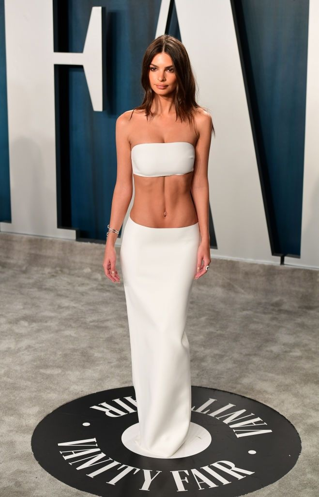 So thich mac ho 90% than tren cua Emily Ratajkowski hinh anh 1 emily_ratajkowski_attending_the_vanity_fair_oscar_party_news_photo_1581363083.jpg