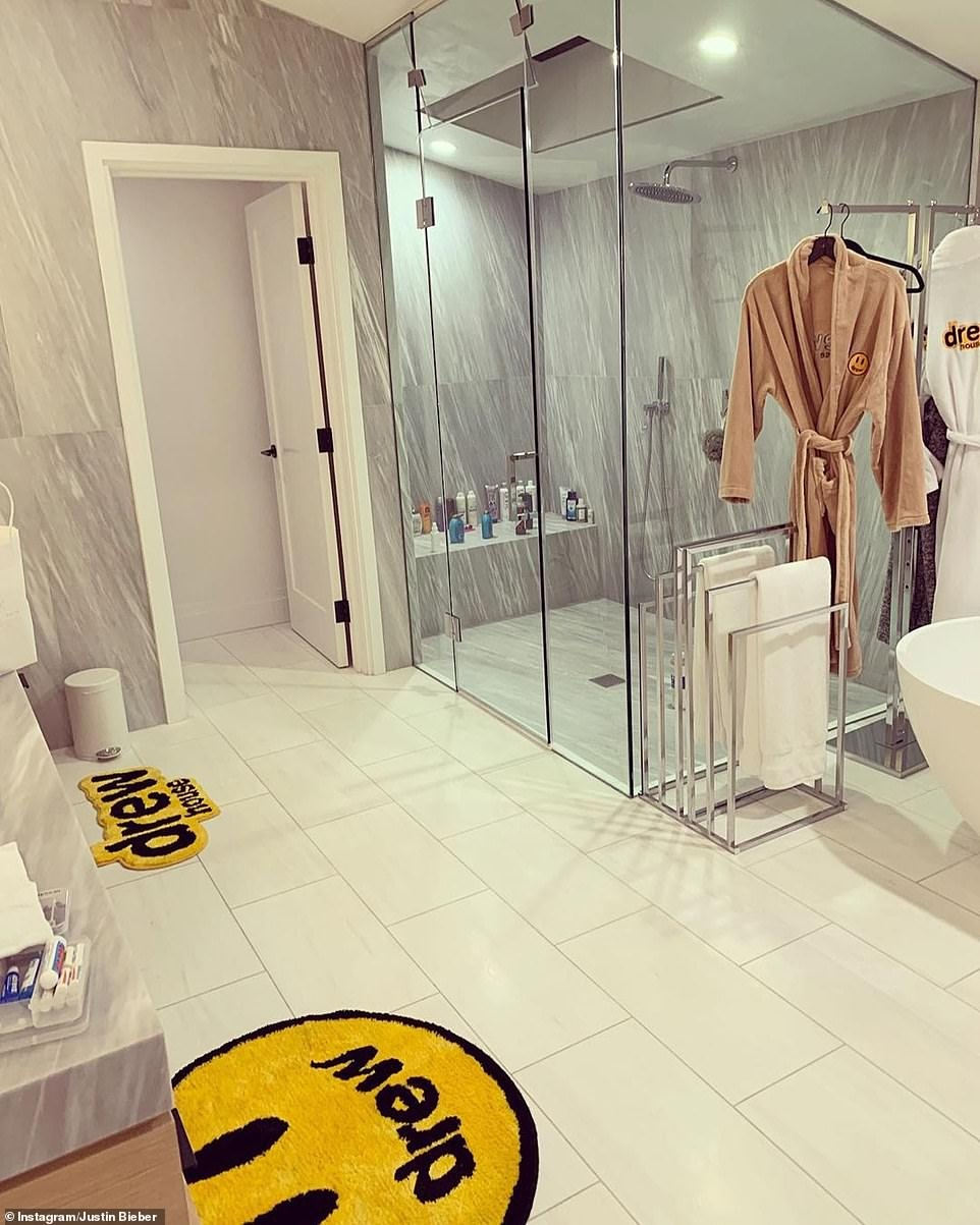 Biet thu 8,5 trieu USD nuoi nhieu meo cua vo chong Justin Bieber hinh anh 10 19582346_7562481_Wow_The_bathroom_comprises_a_mammoth_marble_walk_in_shower_enclo_a_190_1570792943093.jpg