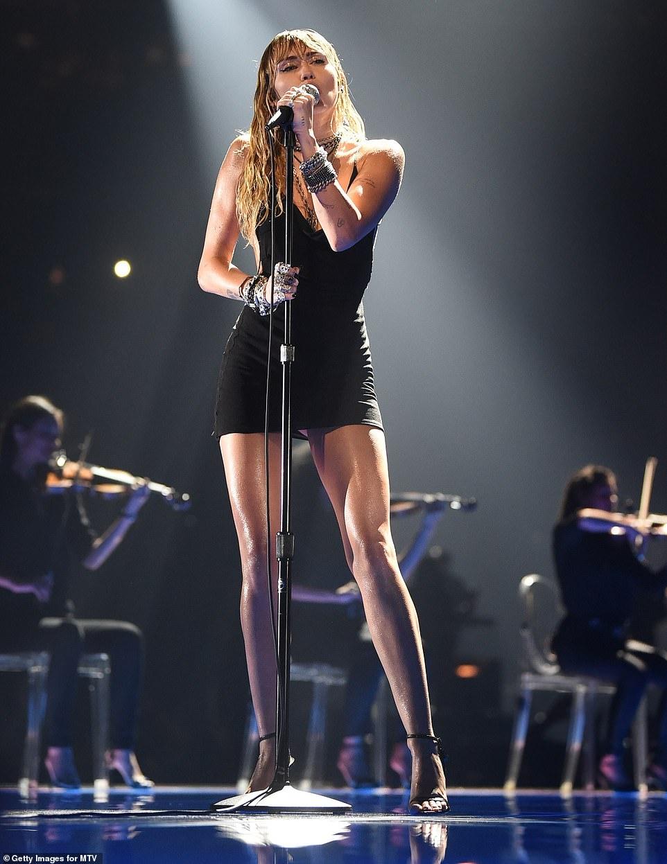 Miley Cyrus lai noi loan? hinh anh 4 17726076_0_image_m_25_1566871963780.jpg