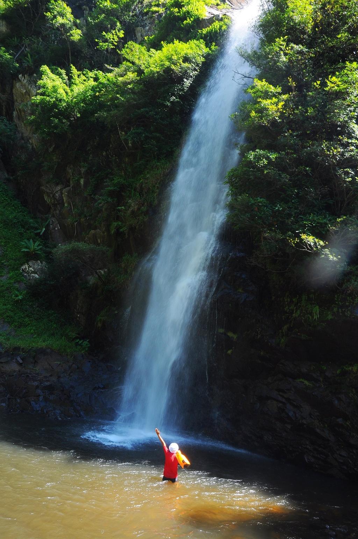 Khi đôi chân đã mỏi, lấm tấm những giọt mồ hôi thì dòng thác Yavly nước trắng xóa xuất hiện xua tan mệt nhọc của hành trình dài.