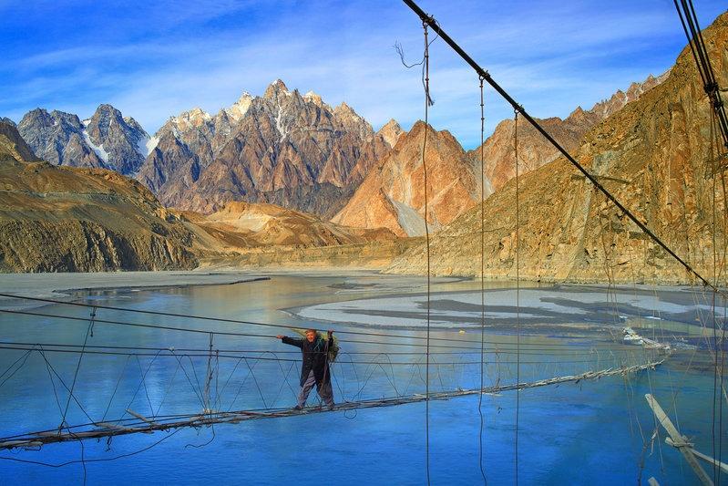 Cầu treo Hussaini, Pakistan: Không khó để du khách nhận thấy vì sao đây được coi là một trong những cây cầu nguy hiểm nhất thế giới. Mỗi bước chân là một bước đánh cược với tử thần. Tuy nhiên, nơi này lại thu hút những du khách ưa thử thách và muốn chiêm ngưỡng khung cảnh hùng vĩ nơi đây.