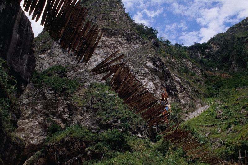 Cầu treo trên sông Baliem, Tây New Guinea: Cầu treo này không chỉ rất thô sơ mà còn có độ dốc lớn, khiến việc sang được bên kia bờ là cả một kỳ công.