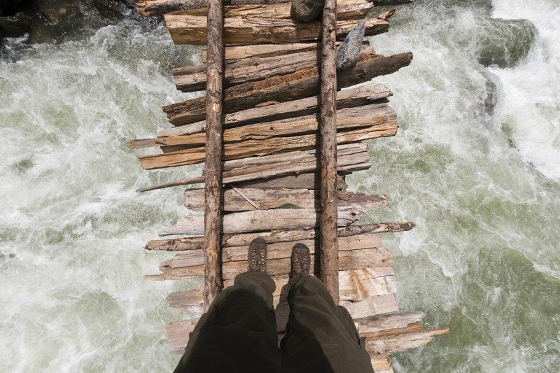 Cầu qua sông Kanka, Kashmir, Ấn Độ: Người dám dừng lại để chụp bức selfie ấn tượng này hẳn phải có thần kinh thép. Cây cầu được ghép từ những thanh gỗ mỏng manh bắc ngang con sông chảy xiết này không dành cho người yếu tim.