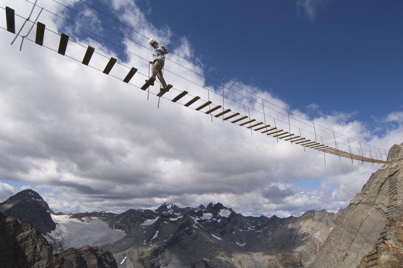 Cầu treo núi Nimbus, British Columbia, Canada: Để lên được đỉnh cao nhất của dãy Nimbus, du khách phải đi qua một cây cầu treo ở độ cao chóng mặt, trên phông nền là những ngọn núi phủ tuyết tuyệt đẹp và những con đại bàng bay ngang đầu.