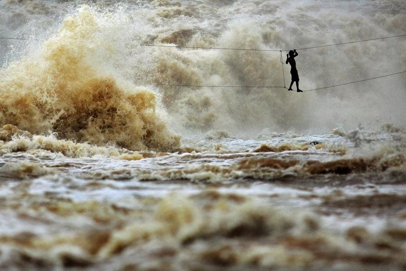 Cầu qua sông Mekong, Lào: Sông Mekong chảy qua 6 quốc gia, với dòng nước từ hiền hòa tới hung dữ. Những cây cầu đơn sơ không phải là hiếm, nhưng cầu chỉ với hai sợi dây như ở Lào có lẽ là độc nhất vô nhị. Chắc chắn không du khách nào muốn liều mạng đi qua đây cả.