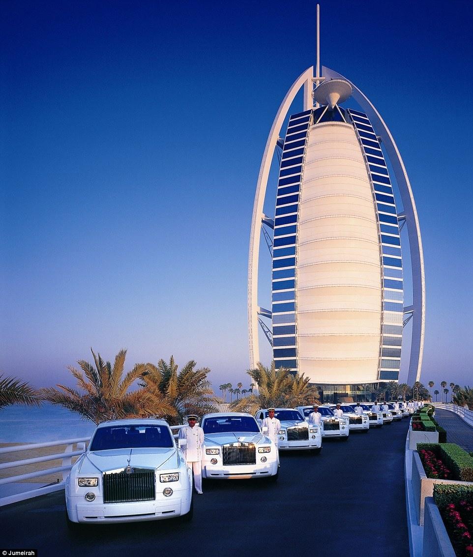 Ben trong khach san 7 sao duy nhat tren the gioi hinh anh 1 Được thiết kế theo hình dạng cánh buồm, khách sạn Burj Al Arab đã trở thành biểu tượng nổi tiếng của Dubai, là khách sạn 7 sao duy nhất trên thế giới với sự xa hoa khó tưởng tượng. Khi đặt phòng ở đây, du khách sẽ được xe Rolls Royce có tài xế riêng đến đón ở sân bay.