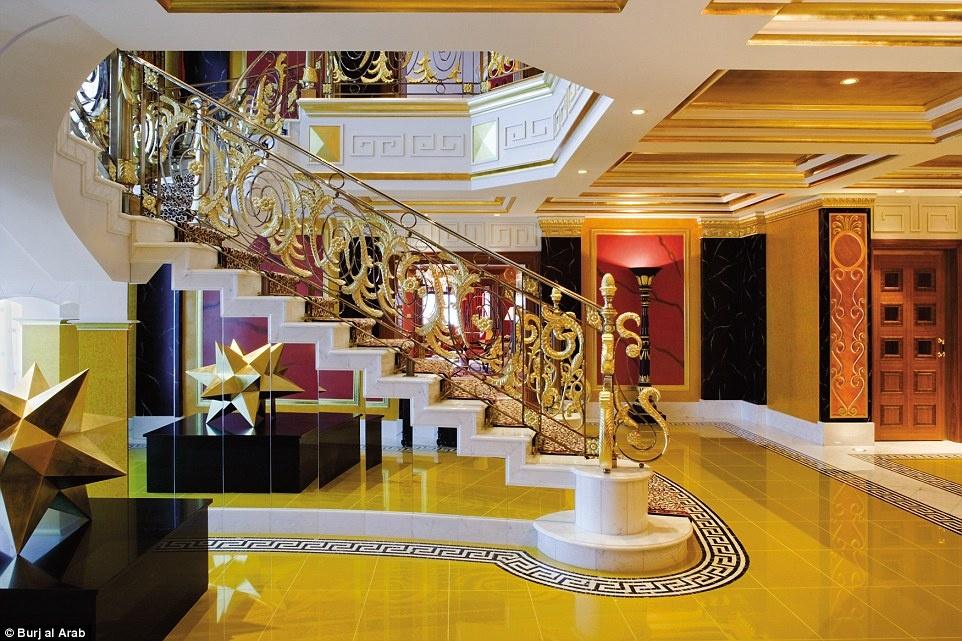 Ben trong khach san 7 sao duy nhat tren the gioi hinh anh 11 Cầu thang tuyệt đẹp nối hai tầng của phòng hoàng gia được trang trí bằng họa tiết da báo ấn tượng.