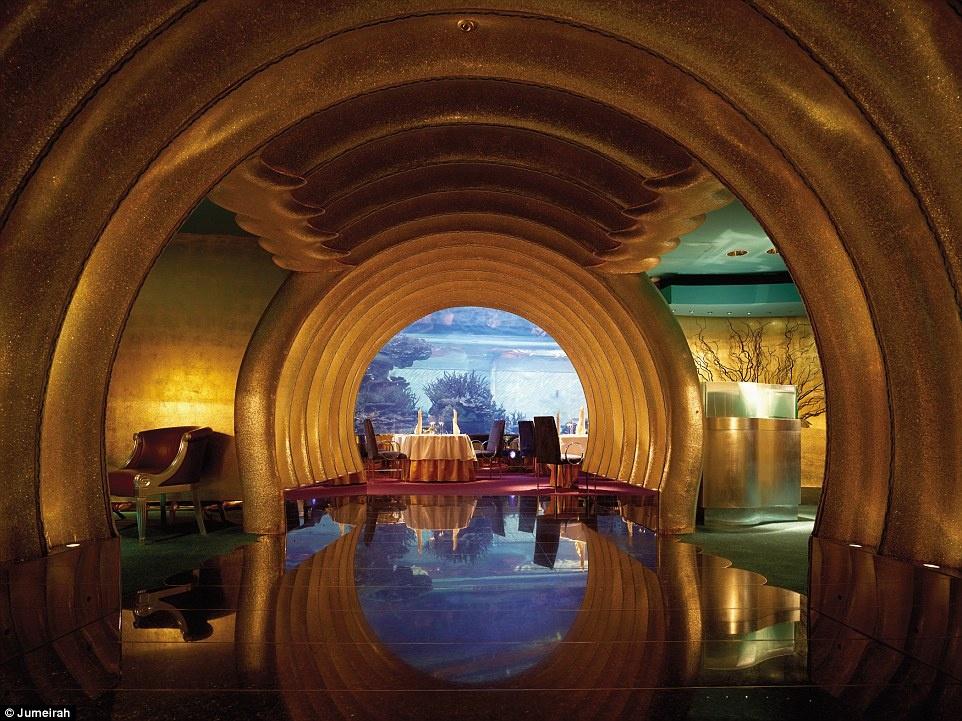 Ben trong khach san 7 sao duy nhat tren the gioi hinh anh 13 Lối vào dát vàng ở Al Mahara, nhà hàng chuyên các món hải sản, được nhiều du khách chụp ảnh. Bạn sẽ được thưởng thức đồ ăn trong tiếng nhạc du dương.
