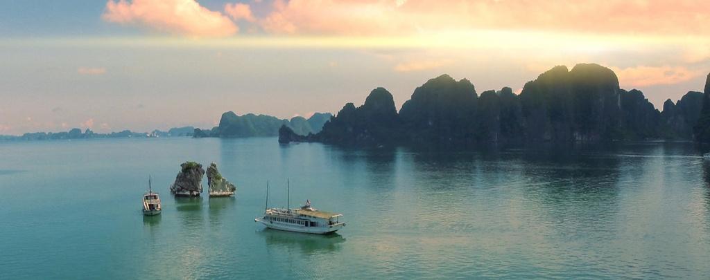 Nhung hinh anh khien du khach muon toi Viet Nam hinh anh 6 Vịnh Hạ Long, bảo vật của Việt Nam, khiến người xem ngây ngất với núi non hùng vĩ, mặt nước xanh biếc với những chiếc thuyền chở khách ngược xuôi.