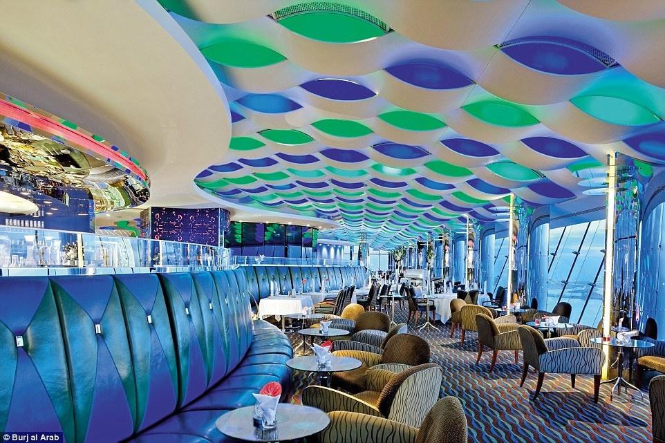 Ben trong khach san 7 sao duy nhat tren the gioi hinh anh 15 Quán bar Sky View nằm trong nhà hàng Al Muntaha cho du khách ngắm nhìn thành phố Dubai về đêm.