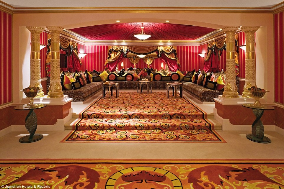 Ben trong khach san 7 sao duy nhat tren the gioi hinh anh 2 Becky ở phòng hoàng gia rộng 780 m2, với nội thất xứng với một vị vua. Khu phòng này có thư viện, phòng chiếu phim, hai phòng tắm lớn với bể tắm sục và vòi hoa sen 5 nhánh.