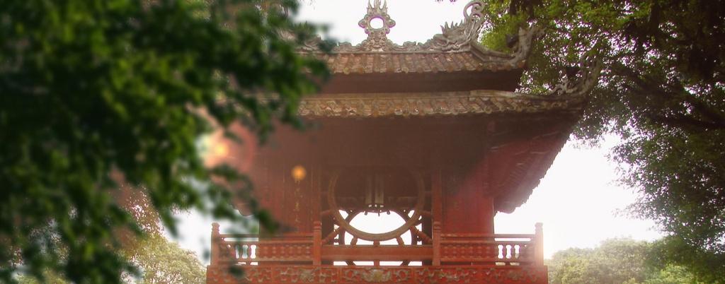 Nhung hinh anh khien du khach muon toi Viet Nam hinh anh 1 Cổng Văn Miếu, một trong những biểu tượng của thủ đô Hà Nội, xuất hiện trong clip với vẻ đẹp cổ kính, trầm mặc.