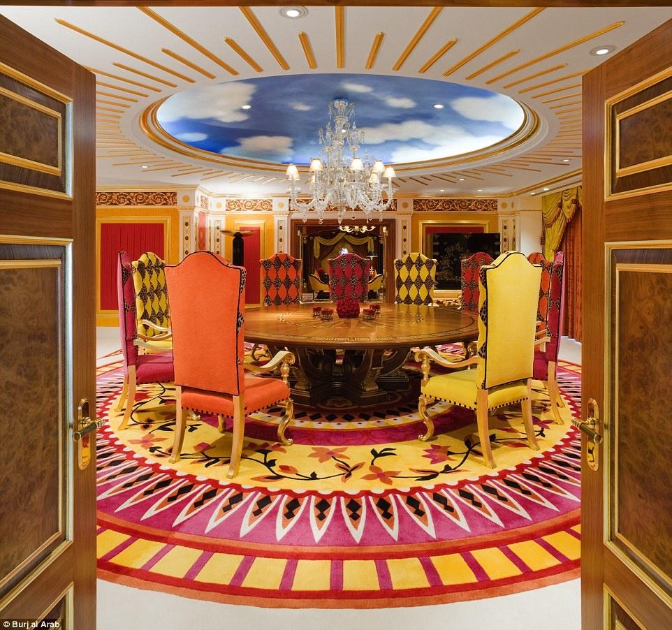 Ben trong khach san 7 sao duy nhat tren the gioi hinh anh 9 Một phòng họp thuộc khu phòng hoàng gia với trần nhà mô phỏng bầu trời.