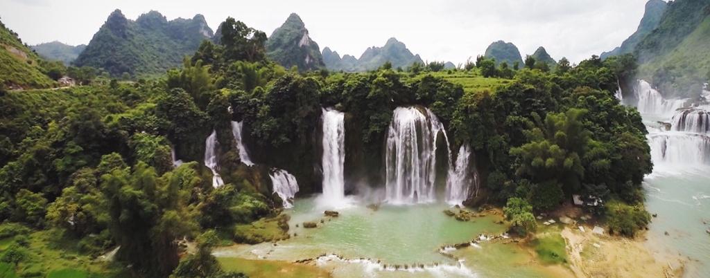 Nhung hinh anh khien du khach muon toi Viet Nam hinh anh 11 Thác Bản Giốc hùng vĩ là điểm đến được nhiều người yêu thích ở miền núi phía Bắc.