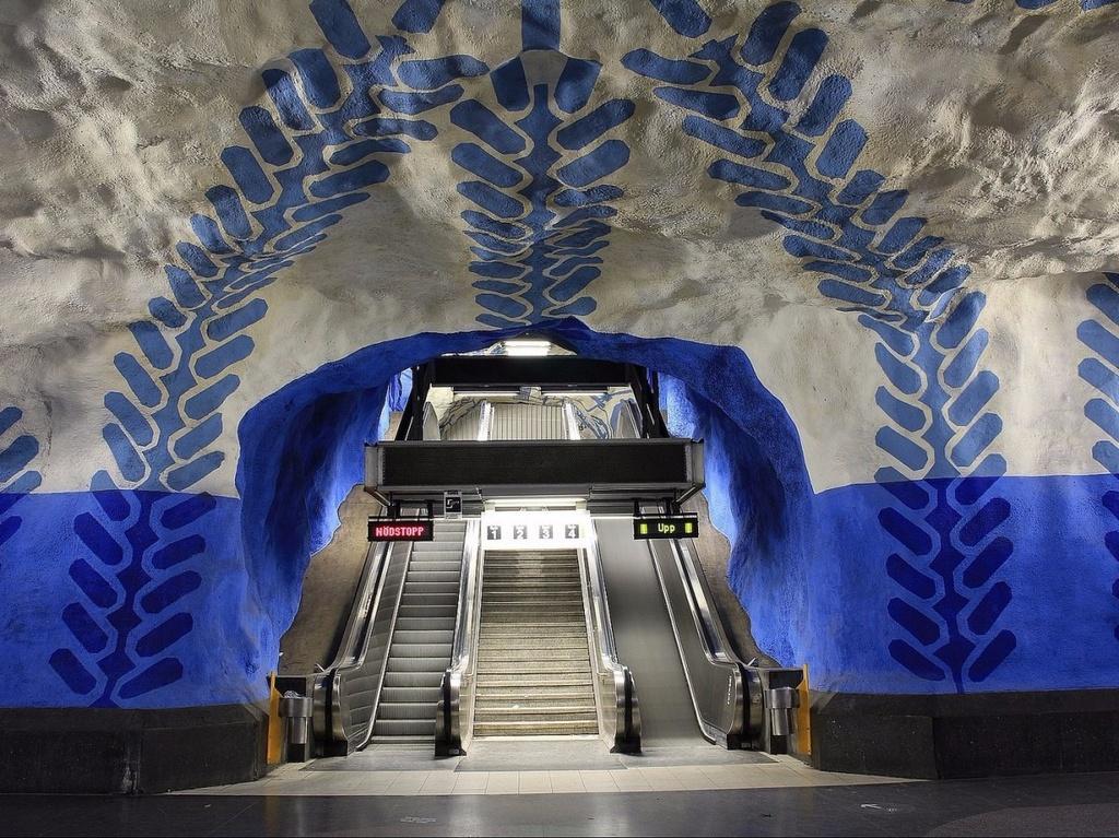 17 ga tau dien ngam long lay nhat the gioi hinh anh 11 Cũng ở Stockholm, ga T-Centralen khiến cho du khách có cảm giác như vừa lạc vào một thế giới khác, với ánh sáng xanh trên những bức tường trắng mô phỏng hang động.