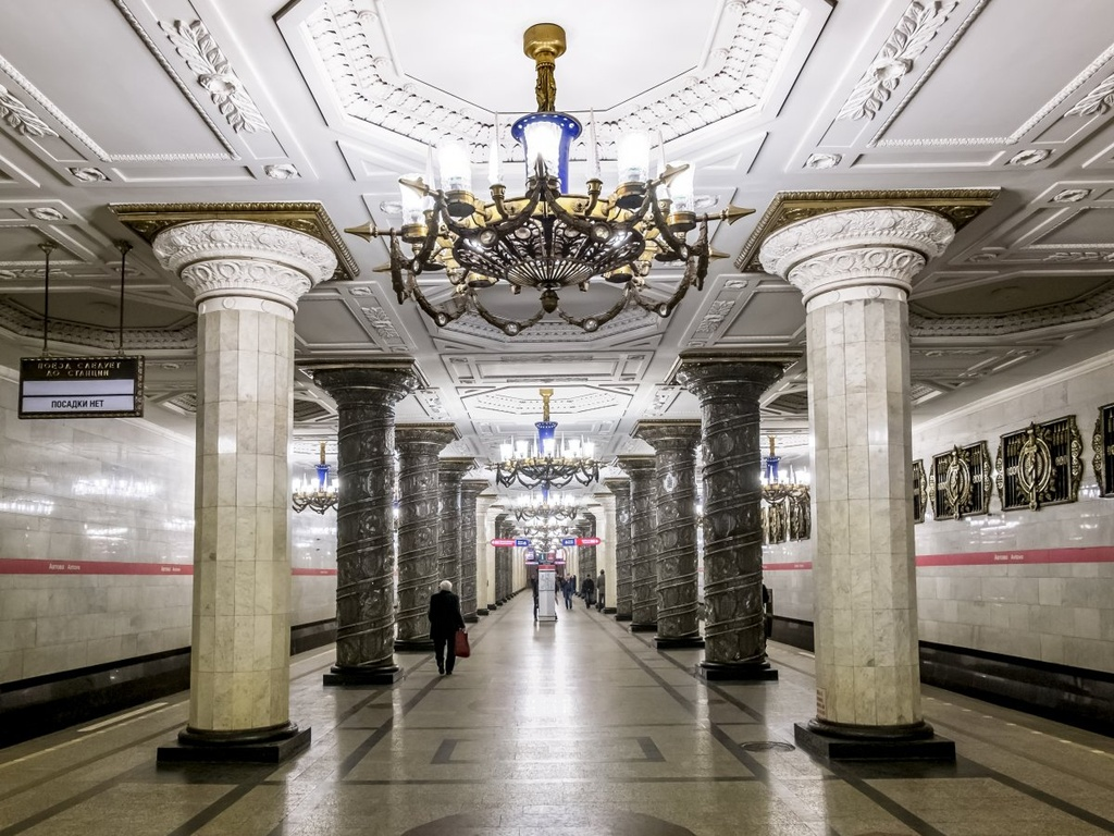 17 ga tau dien ngam long lay nhat the gioi hinh anh 12 Ga Avtovo ở Saint Petersburg, Nga, có loạt đèn trần lộng lẫy, các cột đá hoa cương, tranh kính màu và các biểu tượng lịch sử.