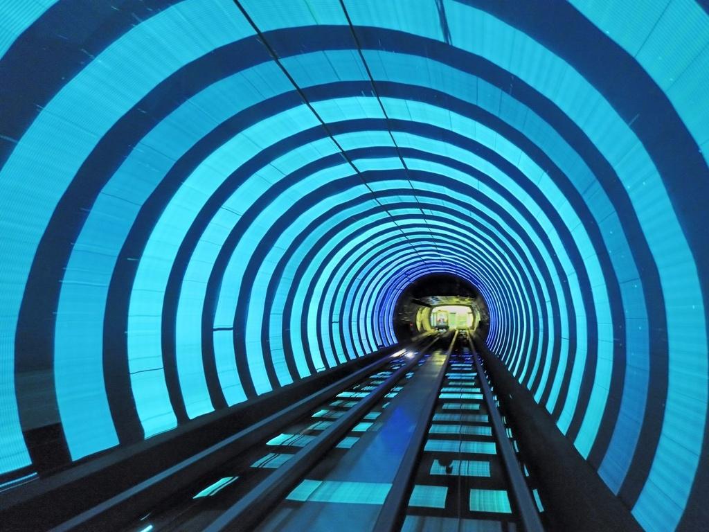17 ga tau dien ngam long lay nhat the gioi hinh anh 15 Có vai trò như một điểm tham quan hơn là một ga tàu, Bund Sightseeing Tunnel ở Thượng Hải, Trung Quốc, đưa du khách qua hệ thống đường hầm dưới sông Huangpu và trải nghiệm các hiệu ứng hình ảnh.