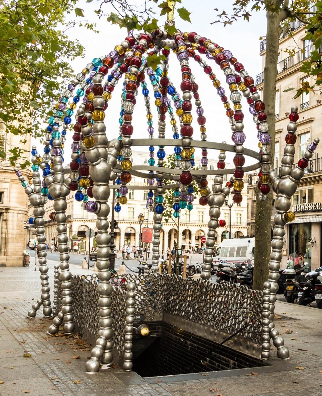 17 ga tau dien ngam long lay nhat the gioi hinh anh 16 Lối vào nhà ga Palais Royal ở bảo tàng Louvre, Paris, Pháp, treo đầy các tác phẩm của Jean-Michel Othoniel, kết hợp với các hạt màu tạo thành một thiết kế tuyệt đẹp.