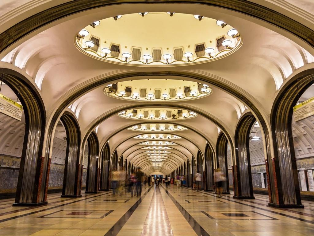 17 ga tau dien ngam long lay nhat the gioi hinh anh 17 Ga Mayakovskaya ở Moscow, Nga, được coi là một trong những ga tàu đẹp nhất thế giới. Ga tàu này được trang trí bằng đá hoa cương, thép không gỉ, và đèn ẩn sau các vòm do nghệ sĩ Aleksandr Deyneka thiết kế.