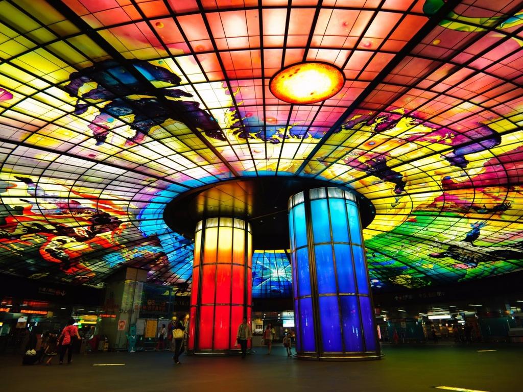 17 ga tau dien ngam long lay nhat the gioi hinh anh 1 Ga tàu điện ngầm ở đại lộ Formosa, Kaohsiung, Đài Loan được trang trí bằng các tác phẩm nghệ thuật từ kính màu của Narcissus Quangliata. Nơi này được nhiều cặp đôi chọn để tổ chức lễ cưới.