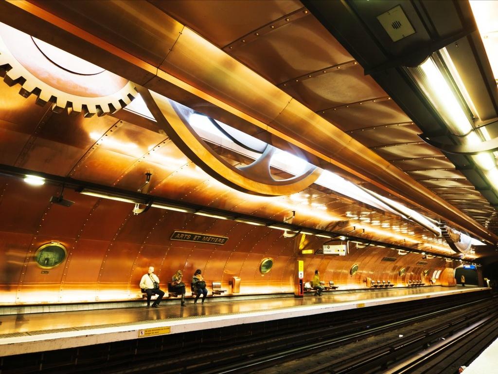 17 ga tau dien ngam long lay nhat the gioi hinh anh 5 Bạn sẽ dễ dàng lạc vào thế giới tưởng tượng của Jules Verne ở ga tàu Arts Et Métiers, Paris, Pháp. Ga do nghệ sĩ tài năng François Schuiten thiết kế, với tường đồng có cửa sổ kiểu tàu ngầm và các bánh răng lớn trên trần nhà.