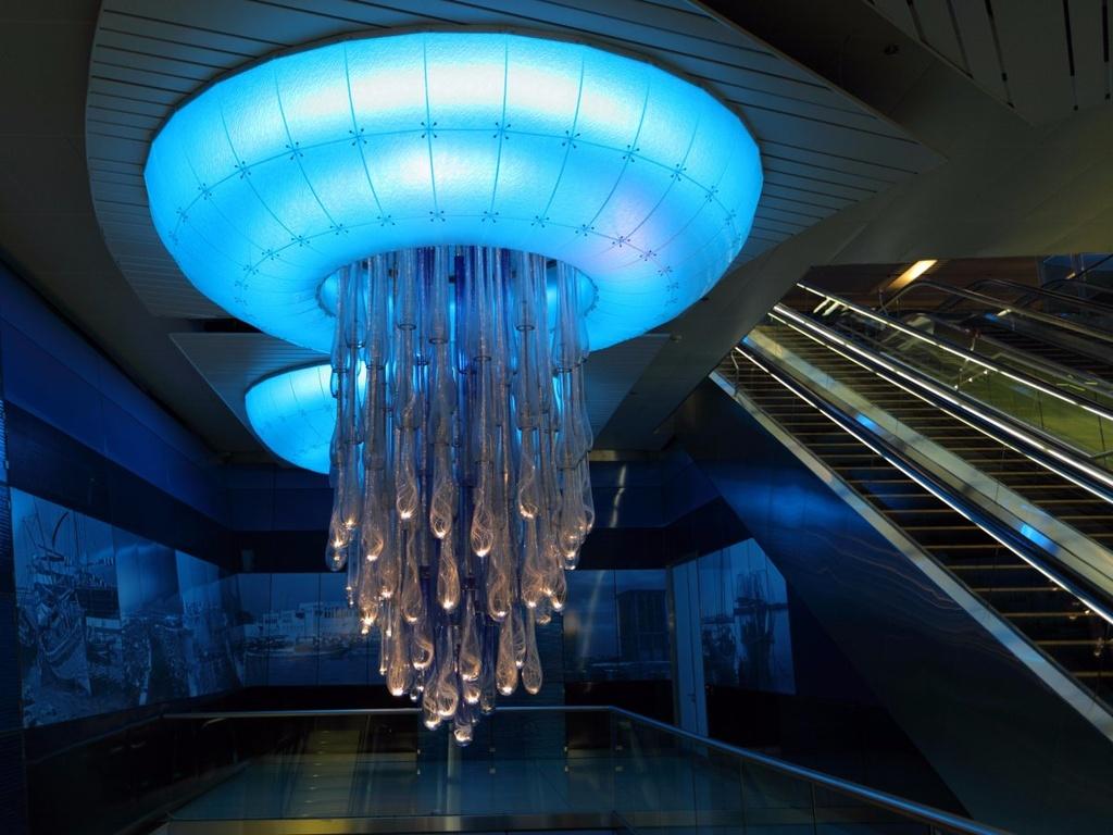 17 ga tau dien ngam long lay nhat the gioi hinh anh 6 Dubai nổi tiếng với sự xa hoa, và ga tàu Khalid Bin Al Waleed không phải ngoại lệ. Những đèn trần khổng lồ mô phỏng loài sứa tỏa ra ánh sáng xanh dịu dàng khắp nhà ga, tạo cho du khách cảm giác như đang ở dưới lòng biển.