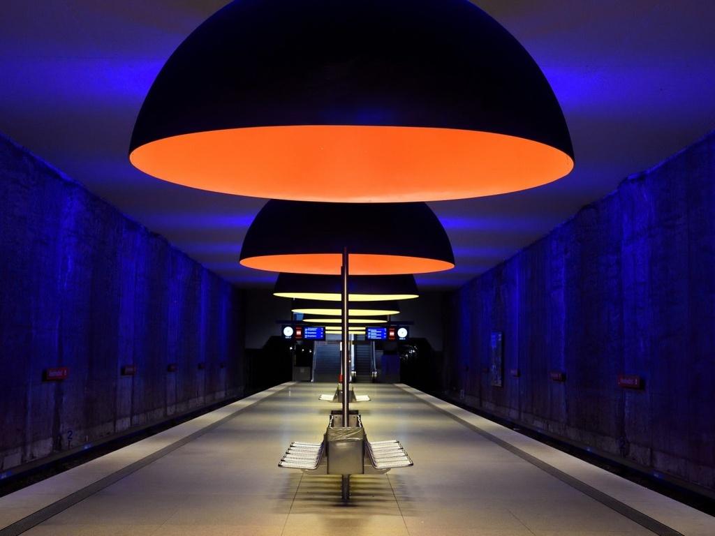 17 ga tau dien ngam long lay nhat the gioi hinh anh 7 Ga Wesfriedhof ở Munich, Đức, do Ingo Mauer thiết kế, với 11 ngọn đèn lớn tỏa ánh sáng kỳ ảo khắp không gian.