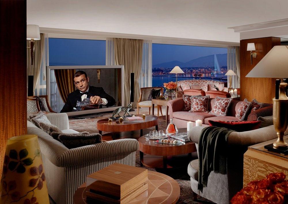 Khu giải trí và thư giãn có một phòng bia, một bể tắm Jacuzzi, một đàn đại phong cầm của Steinway, cùng một tivi màn hình 103 inch trị giá <abbr class=