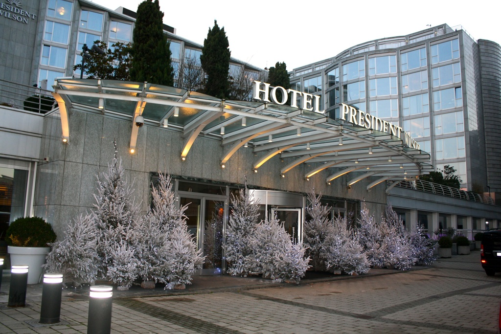 Gồm 12 phòng phục vụ đủ mọi yêu cầu của du khách, khu phòng Royal Penthouse ở khách sạn Royal Penthouse, Geneva, Thụy Sĩ, là khu phòng khách sạn đắt nhất thế giới, với giá <abbr class=